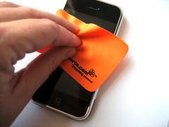 Stap 1: het schoonmaken van het scherm met het meegeleverde poetsdoekje.