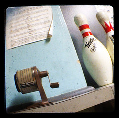 Pop Quiz (Friendly Joe) Tags: ttv starflex bowlingalley bowlingpins pinsetter amfpinspotter ballreturn abovegroundballreturn whichididntrealizewasgettingrarebutitis gutter gutters lane rack lumber wood maple antique vintage thewhitingcommunitycenterwasbuiltin1923asagiftfromjohndrockefellerandstandardoilofindianatothepeopleofwhiting ithastwodifferentbowlingareaswhichwereoutfitteddecadesapart andaghostnamedjohn whoihaventmetyet pencilsharpener