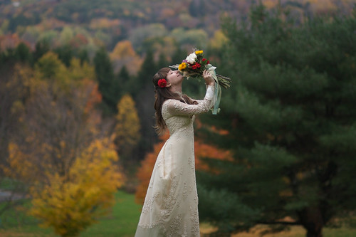 There are various kinds of wedding dresses for your autumn wedding