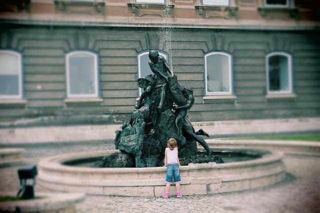 La bambina e la fontana di Giuseppe Trisciuoglio