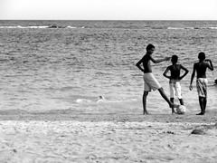 O tringulo das bermudas (10215 luana ribeiro) Tags: sea bw praia beach boys meninos kids ball three mar soccer pb bola futebol trs barradogil luanaribeiro