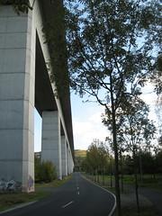 Eisenbahnbrcke bei Veitshchheim (BernieCB) Tags: germany deutschland eisenbahn strase brcke beton pfeiler fluchtpunkt