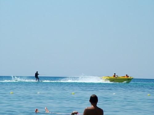 Deportes acuáticos frente e la playa del Hotel Domina Sultan Beach de Tunez