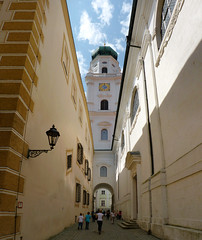 A stroll to the St. Stephan's Cathedral of Passau (Bn) Tags: venice tower museum fairytale germany geotagged bayern bavaria three inn alley day cathedral clear rivers napoleon stephansdom altstadt domkerk oldtown stroll bishop danube duitsland passau donau ststephanscathedral oberhaus beieren ilz lowerbavaria bundesautobahn3 dreiflssestadt romancolony cityofthreerivers saintstephanscathedral anno1393 geo:lon=13465199 geo:lat=48574217
