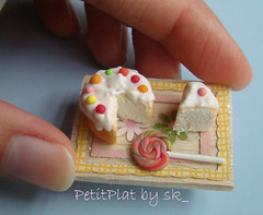 Gteau anniversaire aux bonbons (PetitPlat - Stephanie Kilgast) Tags: birthday cute cake miniature handmade polymerclay minifood sk collectible 112 minis dollhouse fakefood dollshouse miniaturefood oneinchscale petitplat stephaniekilgast