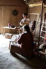 Hallveig und Raphi im Haus des Tuchhändlers in Haithabu - Museumsfreifläche Wikinger Museum Haithabu WHH  06-06-2009