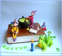 Torta Pozione Magica / Magic Potion Cake (Fantasticakes (Ccile)) Tags: mouse candle dragon elf drago bolos elves elfo magicpotion sugarpaste bookcake tortasdecoradas pozionemagica fairytalecake pastadizucchero tortedecorate