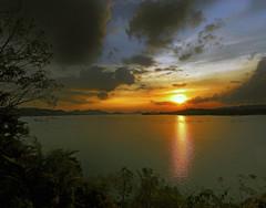 Need to go (Robyn Hooz (away)) Tags: batang ai batangai fiume borneo malaysia tramonto sole sun reflection riflesso diga dam alberi trees nuvole clouds sky cielo