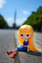. (F l e u r) Tags: red berlin girl germany doll dof boots bokeh blythe tiergarten siegessule goldelse cousinolivia