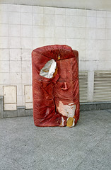 (laurentgaudart) Tags: red paris rot film trash rouge 2006 litter couch sofa pollution rubbish torn waste 92 ladfense argentique trashed canap throwaway foundsculpture hautsdeseine dchet dchir leicacm trashbit sculpturetrouve