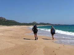 Randonneurs sur une plage 'bondée' du littoral SW de la Corse