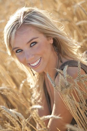 フリー画像| 人物写真| 女性ポートレイト| 白人女性| 金髪/ブロンド| 笑顔/スマイル| 小麦畑|     フリー素材|