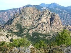 Crêtes de Marignana : depuis Bocca di Femina Morta, le Capu au Monte et son maquis en fond  de vallon à traverser en tunnel de végétation