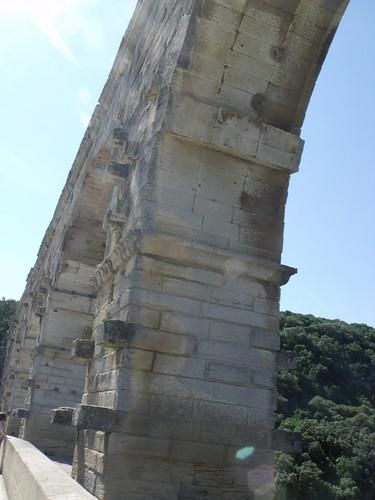 Un pont, ouvrage de l'homme.