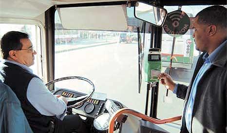 Subir al autobús, pasar la tarjeta y listo. Se pierde menos tiempo, y en consecuencia, se reduce el tiempo de viaje.