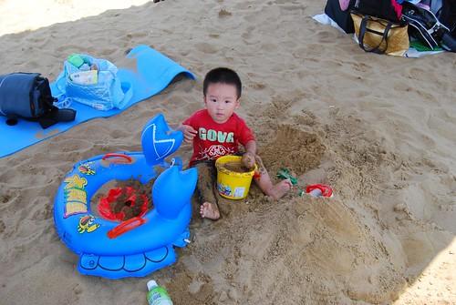 專心乘涼玩沙中