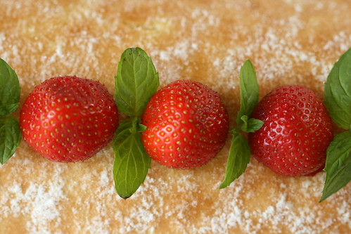 Strawberry Swiss Roll / Kohupiima-rullbiskviit maasikatega