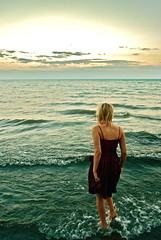 [フリー画像] [人物写真] [女性ポートレイト] [後ろ姿] [ビーチ/海辺]       [フリー素材]
