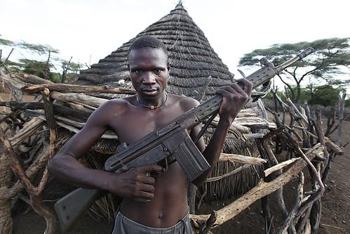 [フリー画像] 人物, 男性, 銃, スーダン人, 201106040100