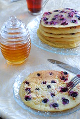 blueberry pancake (Hayat-i Ebediye) Tags: table tea fork blueberry honey pancake cay bal yabanmersini soframizcom penkek