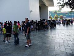 大門也是擠滿人,還好有票的人可以直接進去