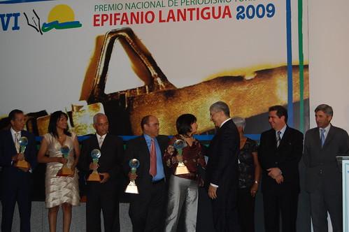 Los trofeos en manos de ganadores