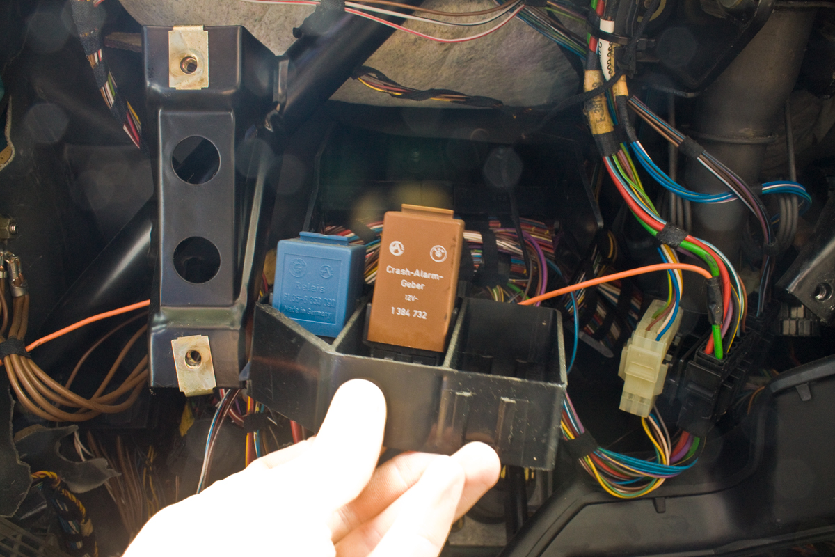Diy Comfort Relay Auxiliary Panel 1995 Bmw 318i S C 320i 325i M3 Electrical Troubleshooting Manual Step 4 Disengage The 2 Clips On Each Side Of These Come Very Easily