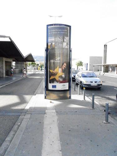 Acera secuestrada por la publicidad estacion ADIF Cordoba.