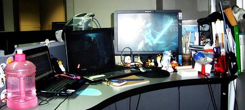 El escritorio de una mujer no siempre esta organizado / a girl's desktop is not organized all the time