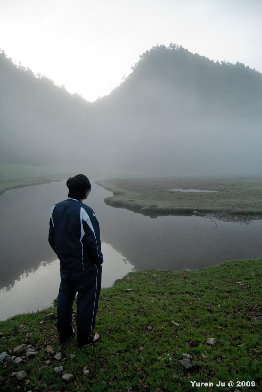 湖面上泛滿了霧