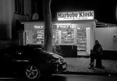 Giessen Ludwigstrasse (Rolf K. Wegst) Tags: street bw germany deutschland blackwhite waiting hessen porsche sw kiosk giessen pur