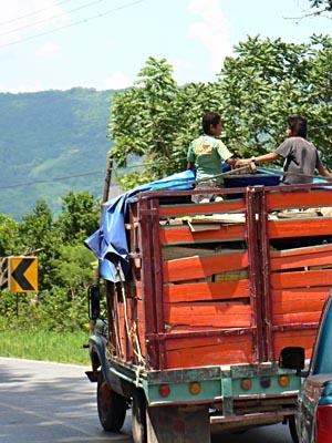 camion sur la route.jpg