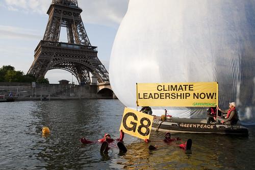 Greenpeace action eiffel Tower par Ultimatum climatique
