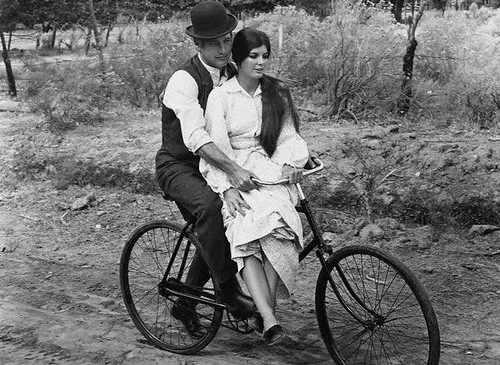Paul Newman é Butch Cassidy e Katharine Ross é Etta Place em Butch Cassidy and the Sundance Kid . Cante comigo: Raindrops Keep Fallin on My Head...