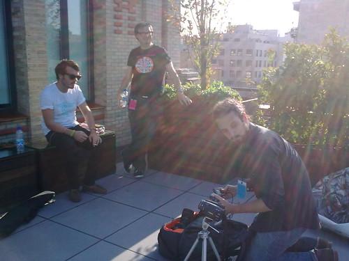 En la terraza, preparando la entrevista a Zombie Zombie