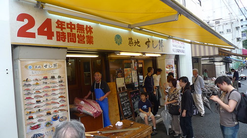 Guy cutting up tuna outside the Sushisen shop at Tsukiji