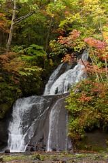 三段の滝を見上げる