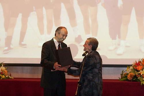 Pilar Coll entrega premio especial a Degregori