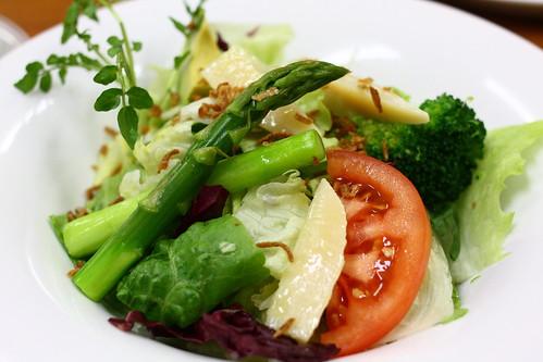 野菜サラダをたくさん食べると生理前のイライラが軽減されることが判明