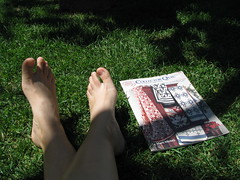 viva o calor! (Virgnia Otten) Tags: feet grass magazine revista ps relva collectorquilts amotemilmilhoes