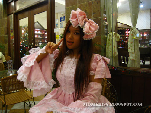 one finger pose pink lolita