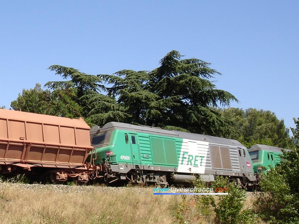 La pousse du train de bauxite est assurée par une UM de locomotives thermiques BB 75000.