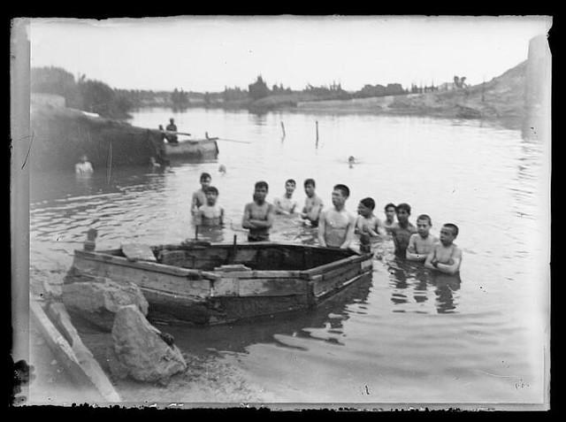 Bañistas enfrente del Baño de la Cava de Toledo hacia 1910. Foto Santiago Relanzón Almazán. Ayuntamiento de Toledo