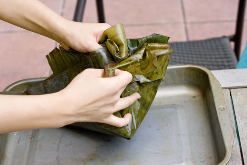 wrapping flounder with banana leaves 4