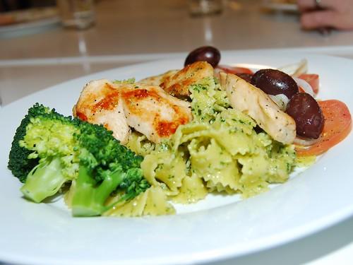 Pestokyckling med tomatsallad och broccoli