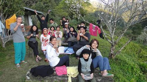 志工們進行完保育活動後,一起在自然的環境下用餐,紓解工作後的疲憊。