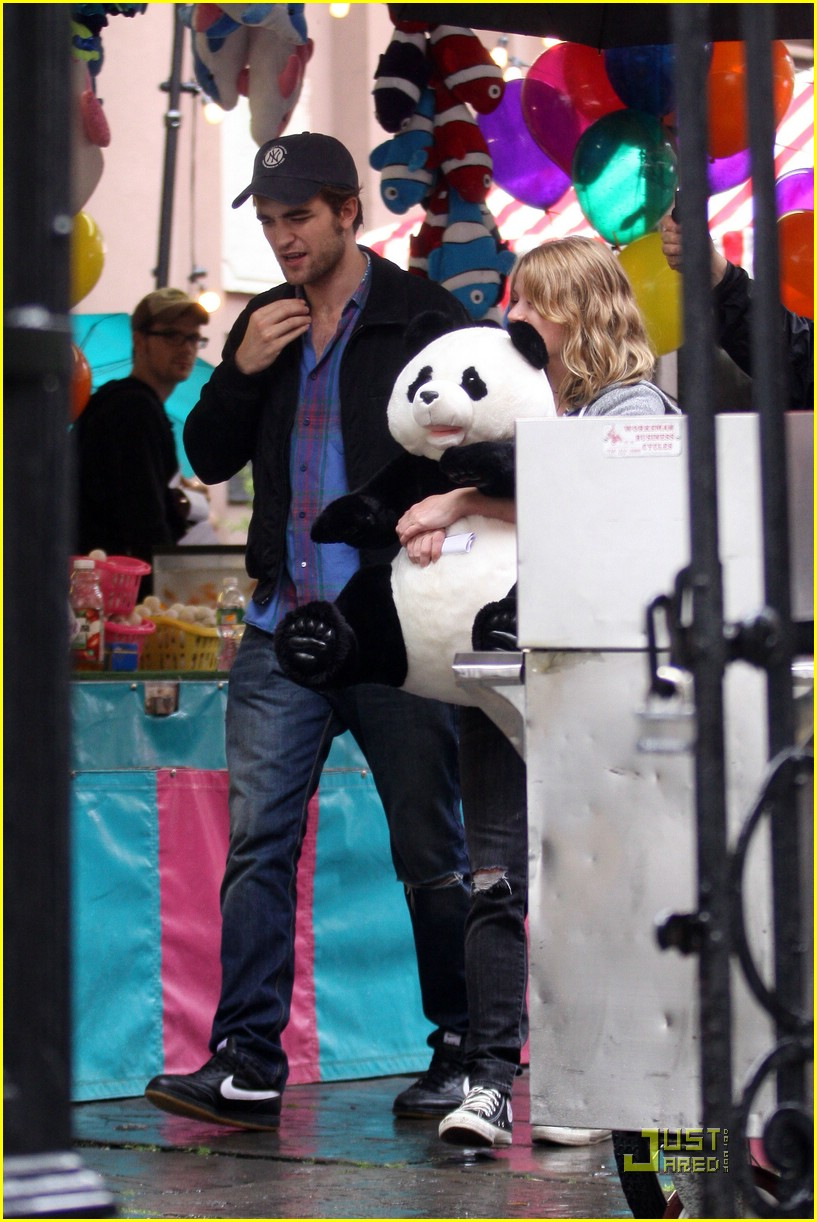 robert-pattinson-emilie-de-ravin-panda-bear-02