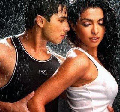 Shahid Kapoor and Priyanka Chopra in hot scene in Kaminey