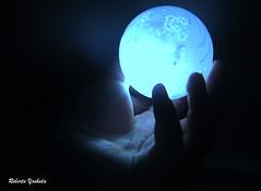 (Roberta Yoshida) Tags: light luz bola mãos mão escuro esfera mágica robertayoshida