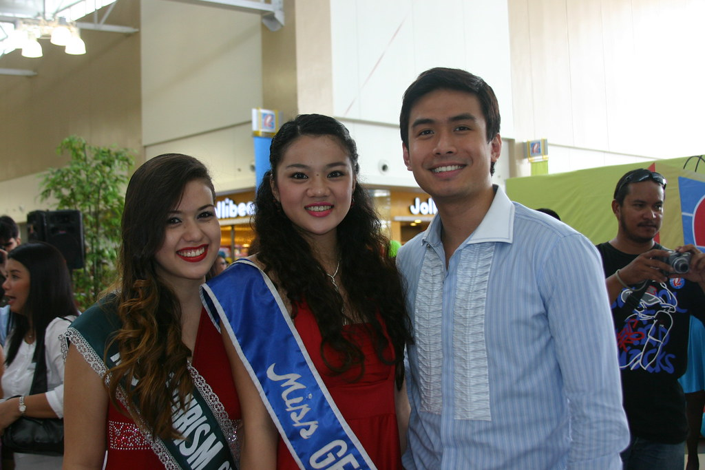 Champion Balladeer Christian Bautista pose with lovely generals, Ms. GenSan Tourism 2008 Alex Ho and Ms. GenSan 2008 Romarie Cunanan.